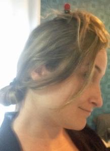 Como sou descoordenada, amarrei o que sobrou do cabelo pra conseguir fazer a primeira parte.