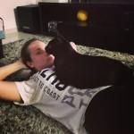 Insanity Workout com gato preto. kkkk